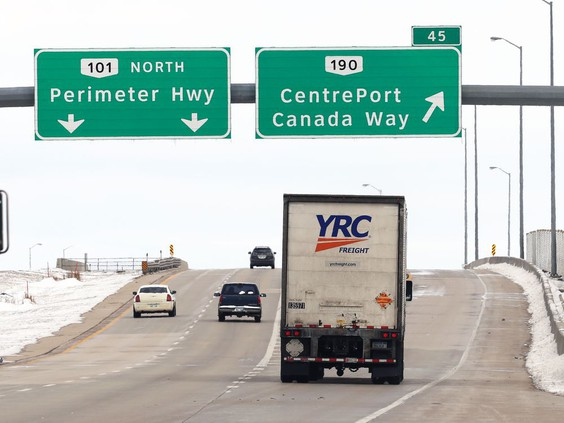 Traffic on the west Perimeter highway at the CentrePort Canada Way exit in Winnipeg on Wed., April 14, 2021. KEVIN KING/Winnipeg Sun/Postmedia PHOTO BY KEVIN KING /KEVIN KING